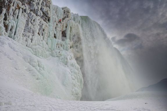 climber-will-gadd-ice-climbing-up-frozen-niagara-falls-to-become-the-first-person-to-ascend-the-famous-waterfalls 1