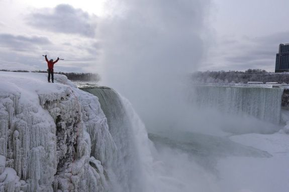 will-gadd-ice-climbs-up-frozen-niagara-falls-ny-becoming-the-firs-person-to-ever-ascend-the-famous-waterfall 3